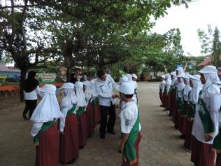 Wakil Walikota Banjarbaru menyalami dokter kecil SDN 4 Komet